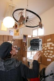 Ein Mobilé zum Anfassen. Mit Geschichten von geschenkten Gegenständen.