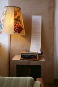 """Eine alte Schreibmaschine lädt zum Verweilen und Weiterspinnen ein. Aufgeschrieben werden Antworten auf die Frage: """"Können Menschen vollkommen selbstlos schenken?"""""""