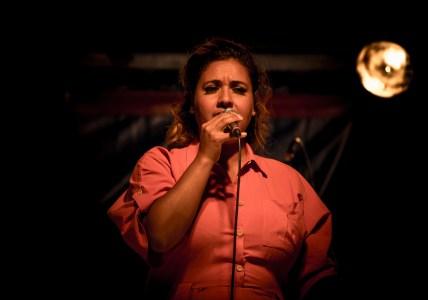 Kristin Amparo singend mit Mikrofon