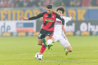 Vincenzo Grifo (SC Freiburg #32) gegen Yuya Osako (1. FC Koeln #13) Fussball 1. Bundesliga 20. Spieltag 2016/17: SC Freiburg vs 1. FC Koeln am 12.02.2017 in der Schwarzwald-Stadion, Freiburg, Deutschland