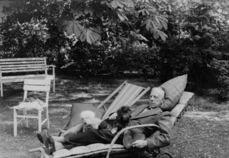 1939 Canaris mit Hunden im Gartenklein