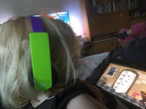 At sidde med tablet. Hvilken opdragelse er det? Her sidder min yngste datter model