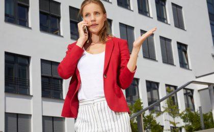 Junge Frau am Telefon-Stressresistenz 7 Tipps für mehr Gelassenheit im Alltag