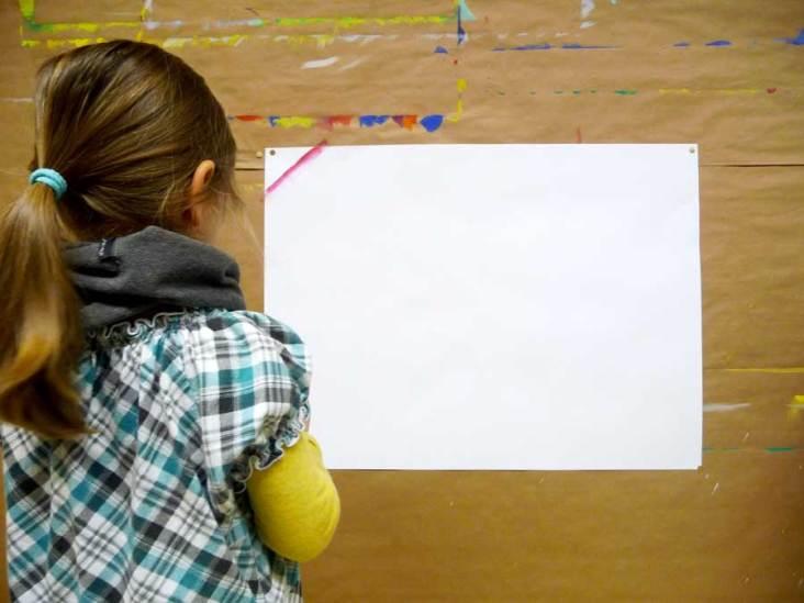 Mini überlegt, was sie malen soll.