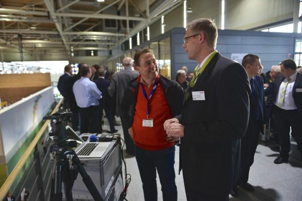 Hannes Schleeh im Gespräch mit einem Hersteller vor der Sendung auf der AGRITECHNICA Foto: Tobias Hoops