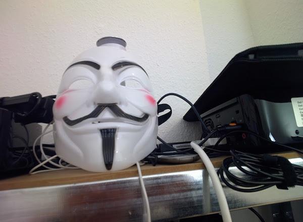 Fonodrom Berlin Heckpiets Guy Fawkes Maske Foto: Schleeh throughglass