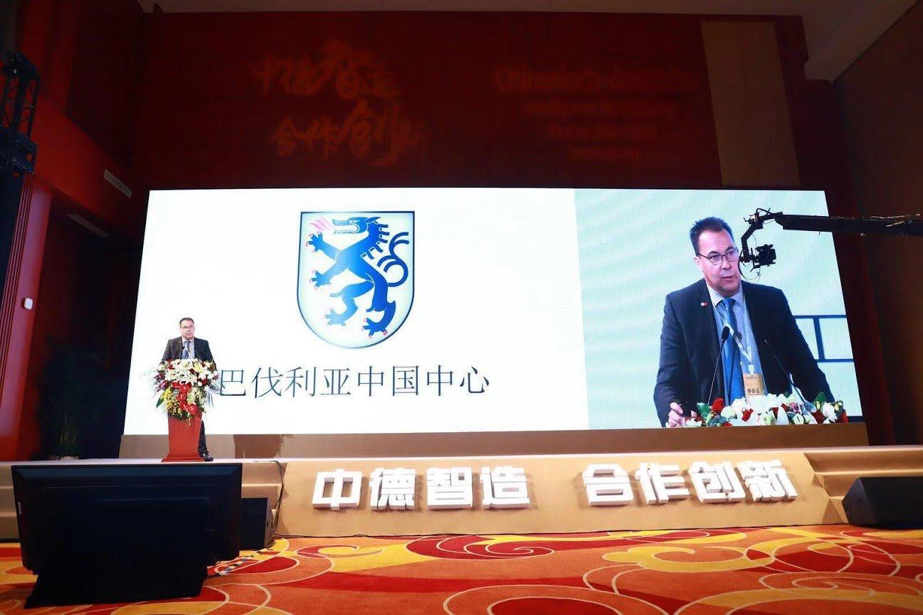 Der Autor in China mit einer Präsentation für die Zielgruppe