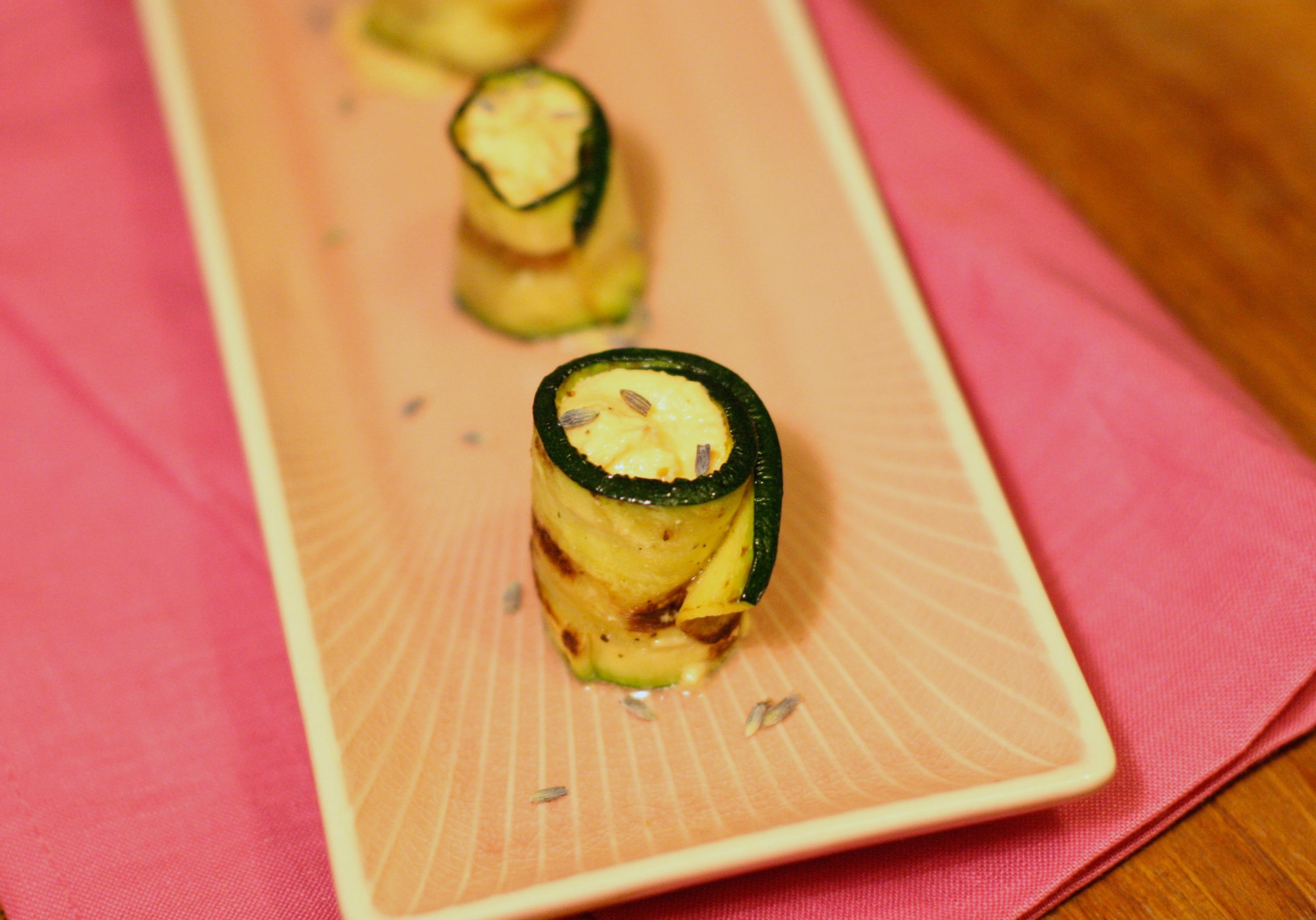 Schnelle Vorspeise: Zucchini-Rollen mit Parmesan