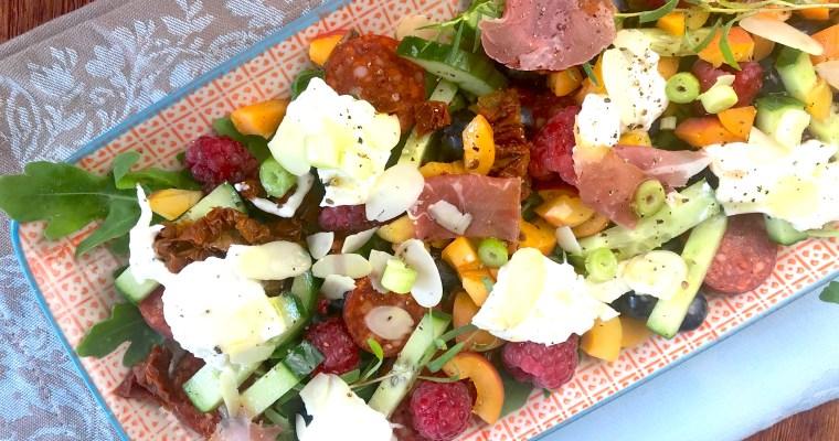 Mediterraner Sommersalat mit Beeren, Pancetta, Burrata und Chorizo