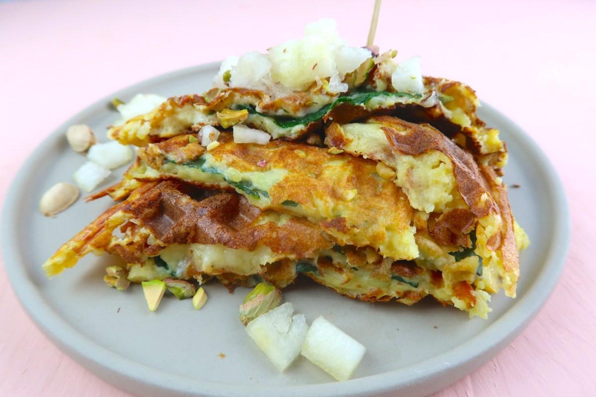 Gefüllte Kartoffelwaffeln mit Spinat, Käse und Pistazien-Zuckermelonen-Topping