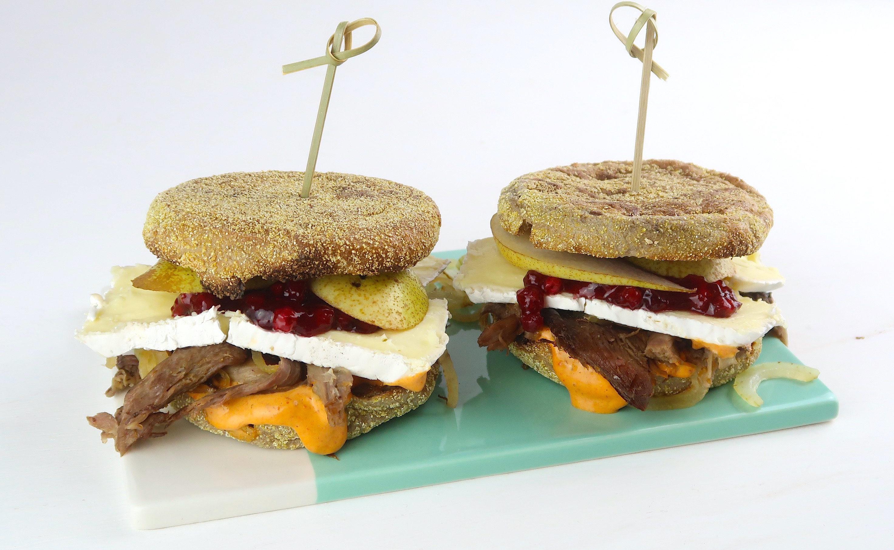 Burger mit Birne, gezupfter Gans und Chipotle Mayo