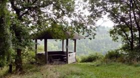 Schutzhütte und Blick ins Nettetal und Schildchen, das vor Hornissen warnt.