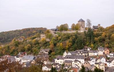 Letzte-Aussicht-auf-die-Burgruine-Sayn-und-Alt-Sayn
