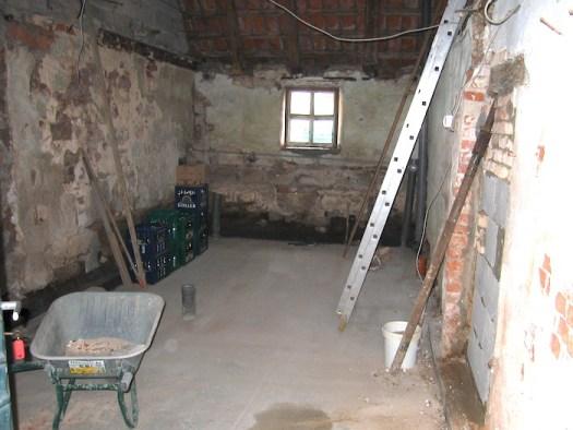 Mit fertiger Bodenplatte ohne Wände und Zimmerdecken. Jetzt kann's losgehen...