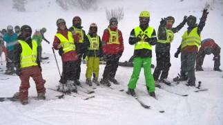 Klassenfoto im Schneegestoeber auf der Piste in Mellau