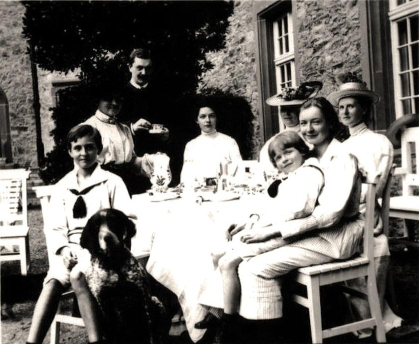 Familie von Heimburg im Rammelburger Schlosshof (© Heimat- und Geschichtsverein Rammelburg e. V.)