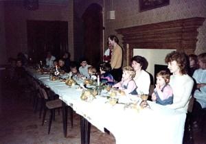 Feier im Speisesaal mit den Eltern (© Heimat- und Geschichtsverein Rammelburg e. V.)