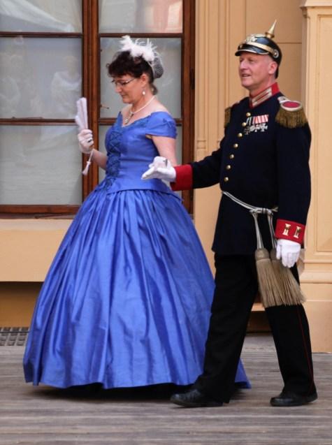 Paare in Festmode - Nur die Ball und Opernrobe hatte tiefe Ausschnitte