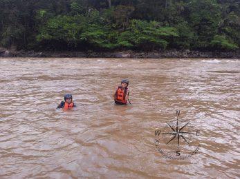 Padas Water Rafting Taking a break photo taking 4.11.2014 in muddy water