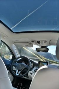 Innenraum des Mercedes-Benz GLA mit Panorama-Schiebedach