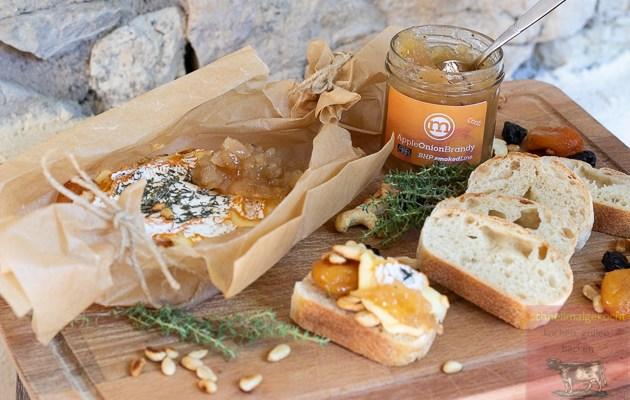 Camembert mit Nüssen und Früchten