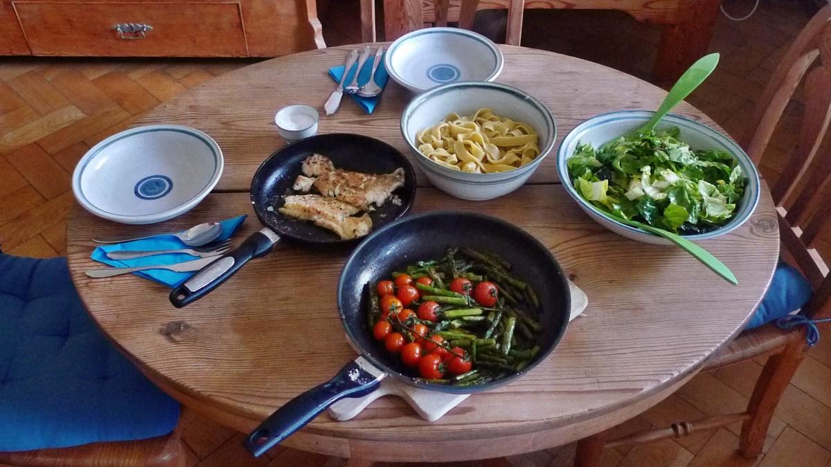 Kabeljau,gebratener Spargel und Tomaten,selbstgemachte Nudeln,Salat,  pescetarisch