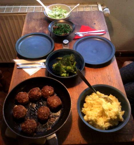 21.2.16 - Frikadellen,Kartoffelpü,Gurkensalat,Brokkoli,Dessert, (17)