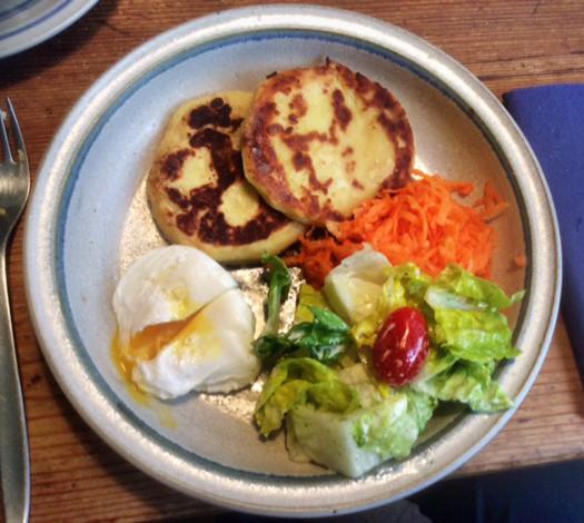 23.2.16 - Kartoffeltaler,Salate,pochiertes Ei,vegetarisch (2a)