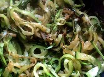 Black Beans Spaghetti,Zucchini Spaghetti,Champignons,Tomatensauce,Gurkensalat (11)