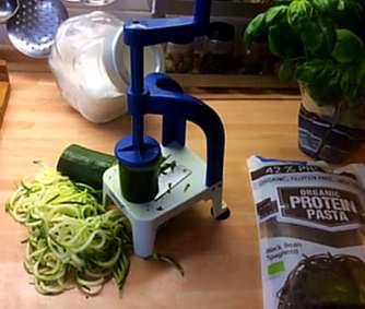 Black Beans Spaghetti,Zucchini Spaghetti,Champignons,Tomatensauce,Gurkensalat (5)