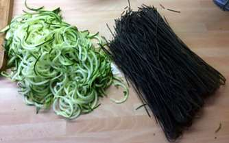 Black Beans Spaghetti,Zucchini Spaghetti,Champignons,Tomatensauce,Gurkensalat (6)