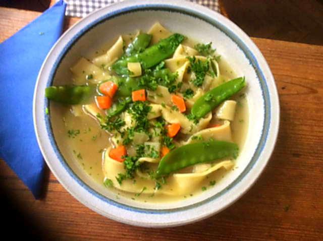 18.4.16  -  Gemüsesuppe ,selbstgemachte Nudeln (12)