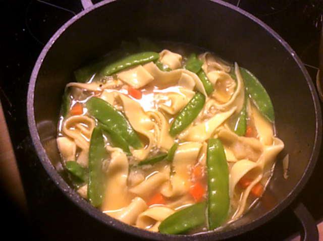 18.4.16  -  Gemüsesuppe ,selbstgemachte Nudeln (6)