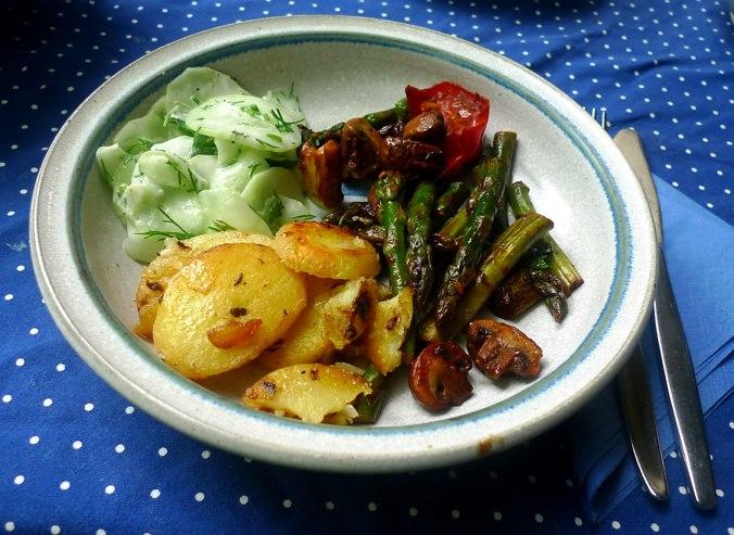 30.5.16 - Grüner Spargel,Champignon,Bratkartoffeln,Gurgensalat (10)