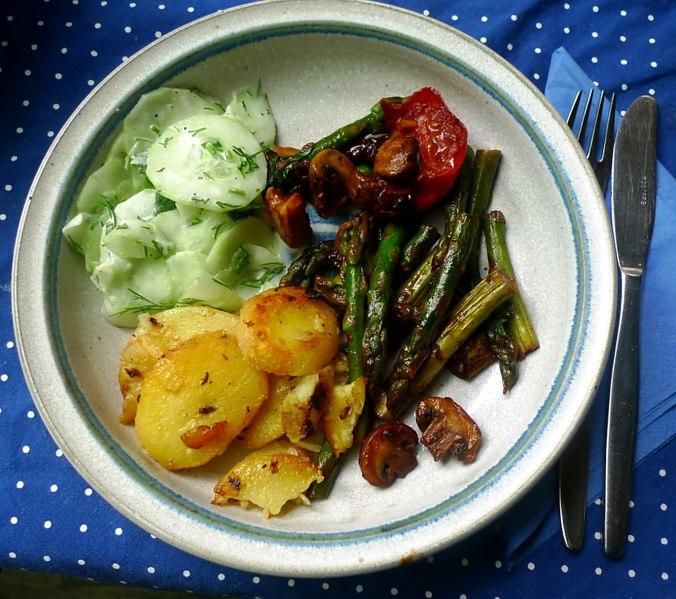 30.5.16 - Grüner Spargel,Champignon,Bratkartoffeln,Gurgensalat (2)