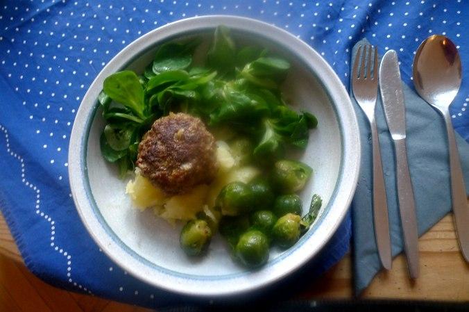 frikadellenrosenkohlfeldsalatsalzkartoffeln-1