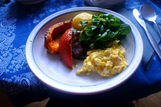 geraucherter-tofuhokkaidopellkartoffelnruhreifeldsalatmirabellenkompottvegetarisch-7