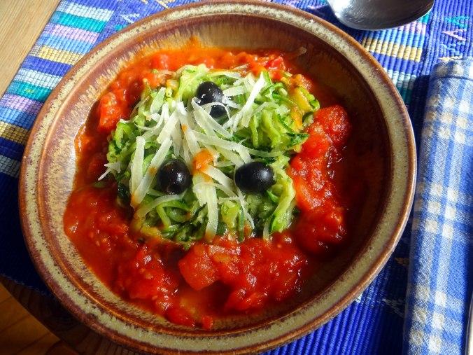 Zucchini Spaghetti mit Oliven,Tomatensoße (24)