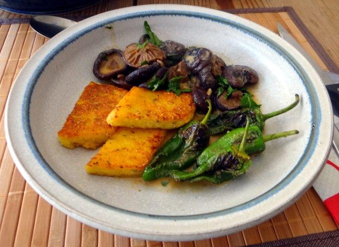 Shitake,Polenta,Pimientos,Salat, (20)