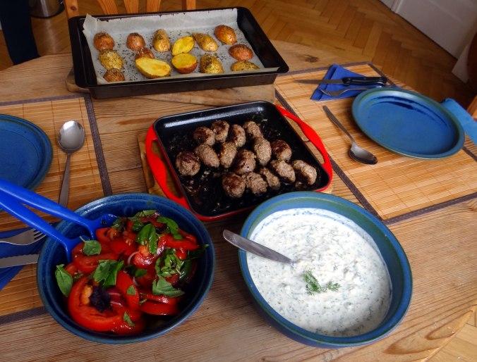 Cevapcici,Tzatziki,Ofenkartoffeln,Tomatensalat,Smoothie (5)