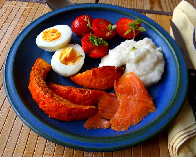 Maniok,Kürbisspalten,Tomaten,Eier,geräucherte Lachsforelle,pescetarisch (15)
