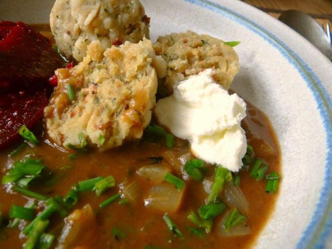 Zwiebelsauce,Speckknödel,Rote Beete Salat (3)