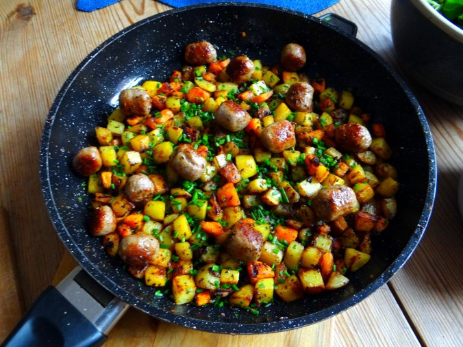 Rohgebratene Kartoffeln,Hackbällchen,Dip,Feldsalat (8)