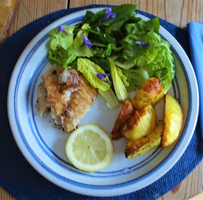 Rotbarsch,Kartoffelspalten,Salat (2)
