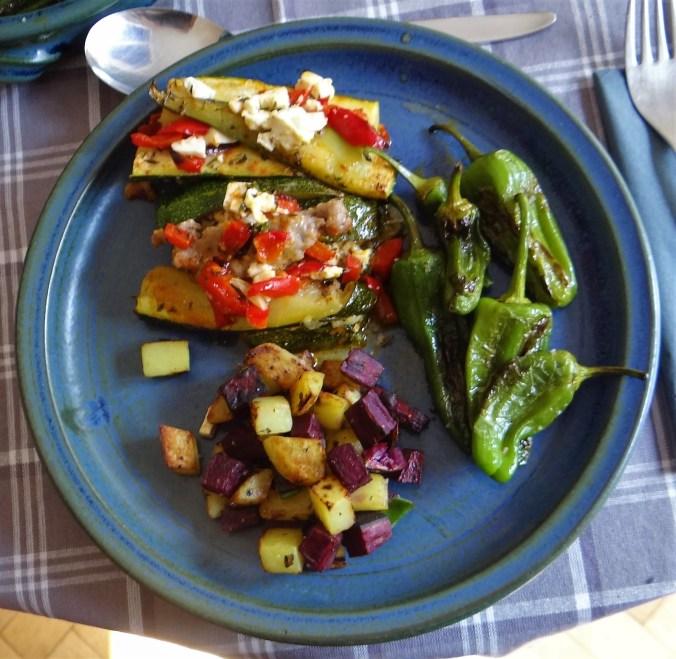 Zucchini Pfanne,Rohgebratene Kartoffeln,Pimientos,Obstsalat (21)