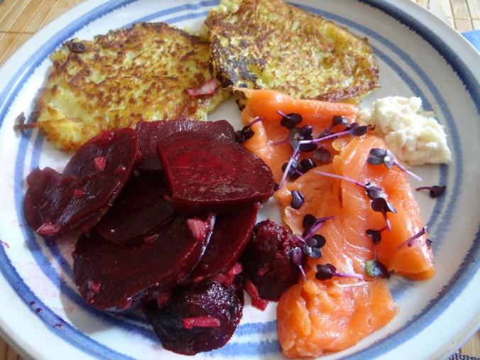 Kartoffelpuffer,Lachsforelle,Rote Beete Salat (16)