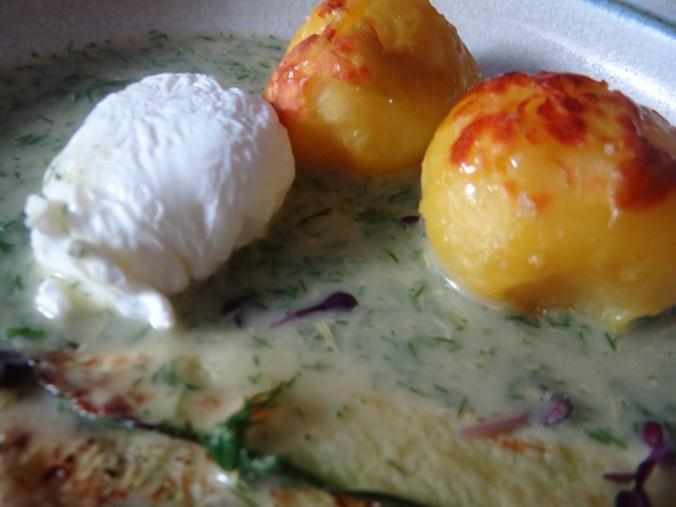 Röstkartoffeln,Dillsoße,pochierte Eier (17)