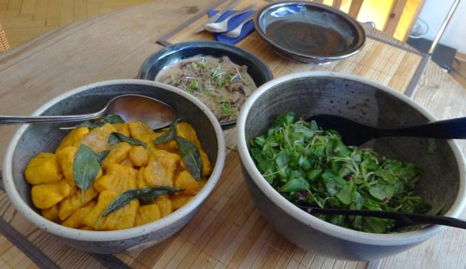 Kürbisgnocchi,Champignon,Salbeibutter,Salat,Birnenkompott (18).JPG