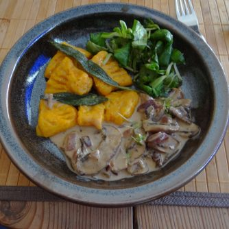 Kürbisgnocchi,Champignon,Salbeibutter,Salat,Birnenkompott (20)
