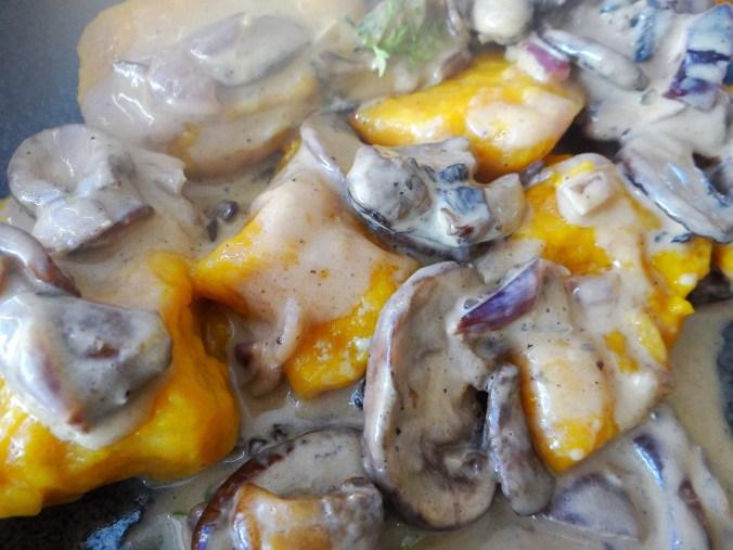 Kürbisgnocchi,Champignon,Salbeibutter,Salat,Birnenkompott (3)